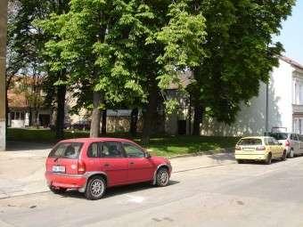 Kancelář (vzadu), pohled od ulice